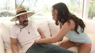 Красивая брюнетка соблазнила садовника и дала ему выебать ее в разных позах