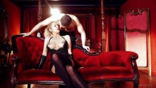 Бесподобная блондинка соблазнила мужчину и занялась с ним бурным сексом