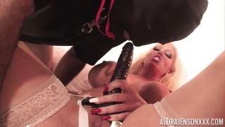 Госпожа с большими сиськами воспитывает своего покорного раба