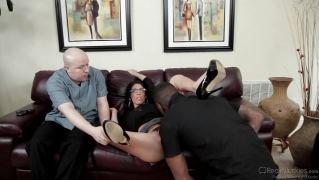 Негр выебал тощую брюнетку на диване на глазах ее лысого мужа
