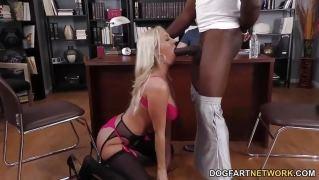 Страстная блондинка бесстыже потрахалась с негром перед мужем в офисе