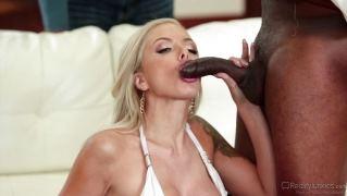 Сексапильная блондинка поебалась с негром на глазах своего мужа