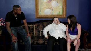Брюнетка трахается с негром при муже