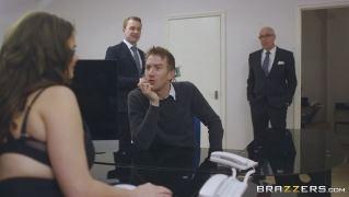 Бесподобная брюнетка с огромными сиськами пошалила с коллегой в офисе