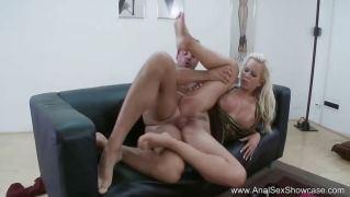 Сладкая блондинка возбудилась и соблазнила мужика для анального секса