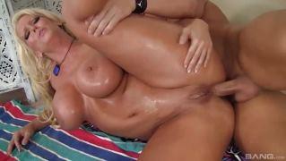 Компиляция видео со сладенькими девушками и женщинами занимающимися анальным сексом
