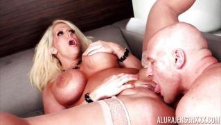 Возбужденная порнозвезда сделала минет и впустила в жопу большой член своего друга