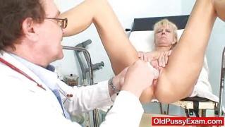 Стройная зрелая блондинка развела ножки перед врачом на осмотре