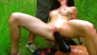 Горячая девка сосет хуй парня в кожаной маске во время вагинального фистинга