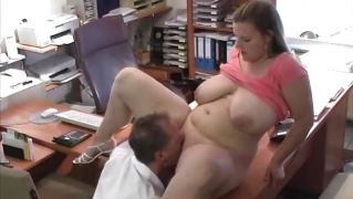 Пухленькую девушку выебали в пизду и кончили на сиськи в офисе