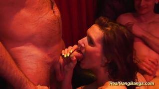 Групповой секс двух очаровательных девушек с кучей возбужденных парней