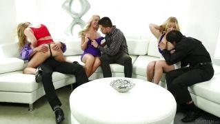 Трем красивым блондинкам кончили на лицо после секса с горячими парнями