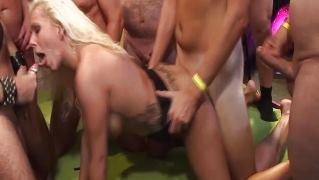 Блондинке обкончали лицо после незабываемого группового секса